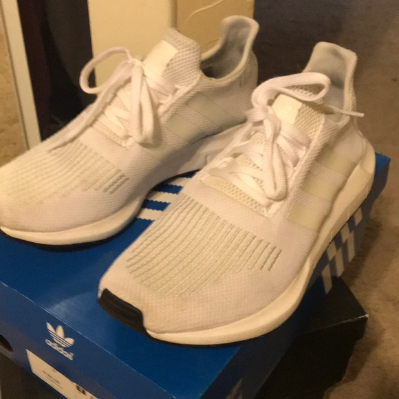 Adidas poshmark blanco Swift Run